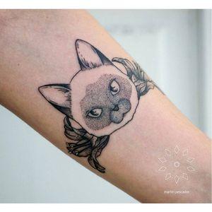 Colaboración con la seca @littlekolors. Ilustró a su gato Benito y yo hice los Lilium. Gracias por confiar! . . . . #tattoo #blackwork #blackworkers #blackink #blxckink #hechoenchile #tattooworkers #blacktattooworld #bishoprotary #chiletatuajes #tattoochileno #onlyblackart #dotworkers #dotwork #chiletatuajes #chile #fineline #wip #organictattoo #botanicaltattoo #cattattoo #siamesecat #flowertattoo #siamese #cat #ink