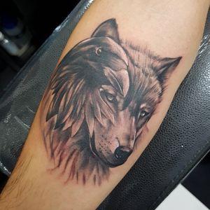 Lobo con un cuervo. Tatuaje hecho por Oswel Sanchez en suc. Av Corregidora #160 Centro Querétaro. #TatuajesLaClínica #Desde1995