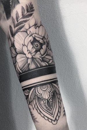From yesterday 😁😁 kontakt@xystudio.eu #tattoo #tattoostudio #bandtattoo #flowertattoo #flower #ink #inked #art #blackwork #btattooing #mandalatattoo #girls #girlytattoo #work #gdansk #polandtattoos #3city #tatts #tatuagem #gdansk #gdynia #spot #l4l #xystudio #picoftheday