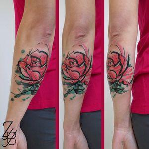 "Et voilà la photo du flash ""rose"" fait au studio Free Bird Tattoo Shop à Cosne. 🌷🌹 #rose #rosetattoo #rosetattoos #frenchtattooflash #tattooflash #flashtattoo #flashtat #flashtatouage #zeldablackjeanjacques #zeldabjj #colmartattoo #frenchtattoo #tattoo #tatouage #tattooartist #tattoodesign #tattoodesigner #tattooart #tattoolover #ink #inked #inkedlife #bodyart #watercolor #watercolortattoo #aquarelle #tattoolifemagazine #tattooartmagazine"