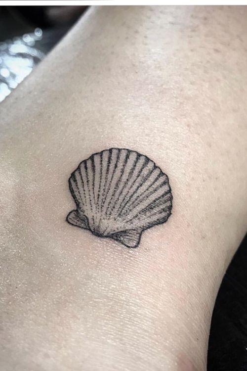 Tiny details 3rl  #kevinhennesseytattoo #shell #tinytattoo #blackworktattoo #dotwork #fineline #ink