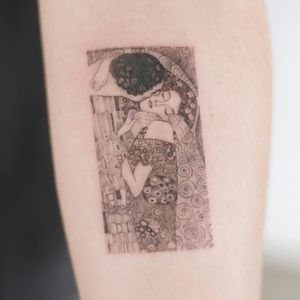 Tattoo by Tattooist Doy #TattooistDoy #Doy #finearttattoos #finearttattoo #fineart #painting #Klimt #TheKiss #kiss #couple #fineline #illustrative #couple #love #floral #pattern