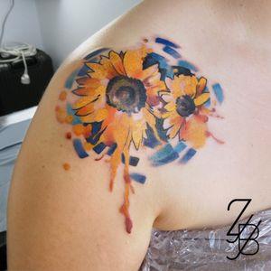 Qui a reconnu l'artiste à qui fait référence ce tatouage ? . . . . . . #sunflower #sunflowertattoo #flower #flowertattoo #vangogh #vincentvangogh #vangoghtatoo #colortattoo #marker #markertattoo #graphic #graphicdesign #graphictattoo #graphicdesigntattoo #zeldabjj #zeldablackjeanjacques #colmartattoo #alsacetattoo #frenchtattoo #tattoo #tatouage