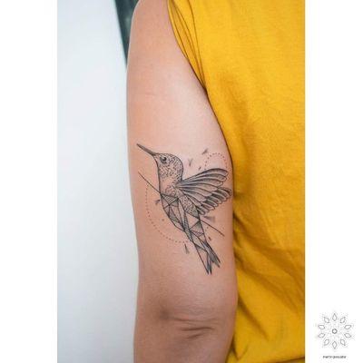 Picaflor para Monse. Llegó con un referente de @kerbyrosanes y lo transformamos en esto. Se lleva este recuerdo de Chile a Tarragona Cataluña. Gracias por elegirme en tu paso por estas tierras! . . . . . . . . . . . #blackwork #blackink #blxckink #tattooworkers #tattoochileno #hummingbirdtattoo #wip #birdtattoo #hummingbird #wipshading #dotwork #dotworkers #geometrictattoo #portalchiletattoo #chile_oscuro #geometricink #ornamentaltattoo #puntinato #santiagotattoo #picaflor #picaflortattoo #onlyblackart #animaltattoo