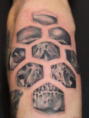 Skull honeycomb #cheyennehawkpen #starbritecolors #cheyennetattooequipment #skulltattoo #skulls