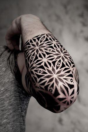 Sunday tattoo. Sleeve in progress. #noksitattoo #dotwork #dotworktattoo #wip #geometrictattoo #sacredgeometry #sacredgeometrytattoo #sleevetattoo #noksi