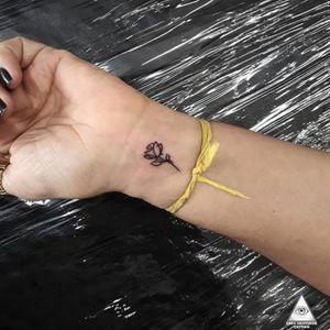 Tattoo delicada de um tempinho atrás. Curtiram? Contatos: 55 11 9.9377-6985 E-mail: ericskavinsk@gmail.com Ou via direct. Apoio: @extremeskincare  . . #ericskavinsktattoo #delicatetattoo #tattoodelicada #finelinetattoo #linhafina #smalltattoos #inked #rosetattoo #tattoorosa #tatuagem #flowertattoo #tattooflor #tattoodoapp #tattoodo #tattoodobr #electrickinkpen #electrickinkbr