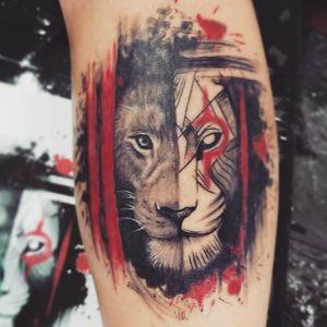 Lion Instagram @felipecosta.tattoo #lionking #liontattoo #lion #tattooart #tattooapprentice #tattoo2me #tattoocolor #tattooartist #realistic #surrealistic #geometrictattoo #realistictattoo #red #redandblack #arte #tatuagem #tatuagembrasil #tatuagemcolorida