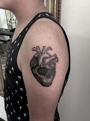 Skull Heart, tattoo I did few days ago. Booking on whatsapp +522223605806 info on my profile✌🏻🤓 #skull #heart #skulltattoo #hearttattoo #craneo #corazon #tattoo #tatuaje #HybridoKymera #ink #inked #blackwork #blackworkers #tattooedboys #inkedboys #hechoenmexico #madeinmexico #puebla #mexico #tatuadoresmexicanos #mexican @tattoodo #pueblatattoo