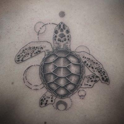 @montreuxtattooconvention #montreuxtattooconvention #tortue #tattootortue #turtle #turtletattoo #geometric #geometrictattoo #dots #dotwork #dotworktattoo #dottattoo #stipple #love #stippletattoo #petitspoints #blackandwhitetattoo #blackandgreytattoo #back