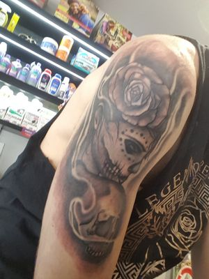 Shoulder piece #dayofthedeadgirl #dayofthedead #dayofthedeadtattoo #shouldertattoo #blackandgray
