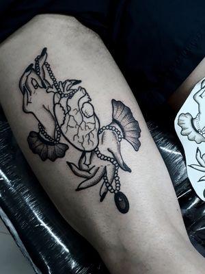 E essa belezinha saiu hoje e foi pra pele do meu cliente @caioboccuzzi!! Obrigada pela confiança de sempre , e valeu pelo papo foda!! Eai gostaram ? 🤙💜 ❌Para agendar um trabalho comigo lá no estúdio só chamar no direct ou no whatsapp❌ 📲 (11)94986-5926  #thpro #neonpen #bold #boldliner #old #oldschool #oldschooltattoo #tattoo2me #blackwork #blackworktattoo #tattoodo #tattoodoapp #tattoo2us #tatuagemblack #tatuagemblackwork #tattooblackwork #black #fineline #finelinetattoo #saopaulo #Tatuapé #carrão #heart #hearttattoo #coração #tattoodecoração #wipshading #wipshadingtattoo #blackhearttattoo