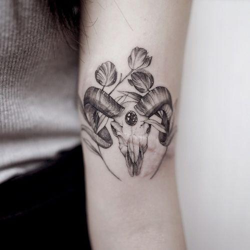 Tattoo by Zihwa #Zihwa #sparklytattoos #sparkly #glittery #glitter #sparkle #stars #ornamental #beautiful #illustrative #fineline #skeleton #skull #cowskull #horns #antlers #tulips #crystal #gem #diamond