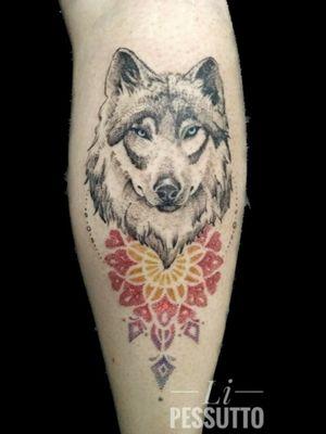 Tattoo exclusiva #wolftattoo #wolf #lobotattoo #lobo #wipshading #dotworktattoo #dotwork #lipessutto #Alinepessutto #tatuagemfeminina #delicada