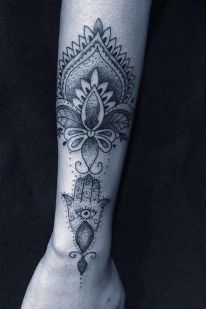 Ornamental exclusivo. #ornamentaltattoo #tattoo #tattoofeminina #tatuagem #tatuagemfeminina #tattoogirl #tattoo2me #tattoo2us #instagram #inpiration #inspirationtattoo #pontilhismotattoo #pontilhismo #floripa #sc #palhoça #instagod #finelinetattoo #boldline