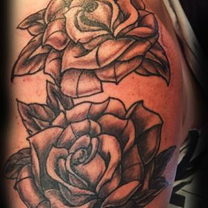 Roses néo trads ou néotraditionnelles sur l'épaule d'une femme. Rose en noir et blanc, graywash, black and gray. #roses