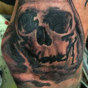 Crâne ou skull dans un tronc d'arbre. Work in progress. Tatouage sur le bras d'u homme.