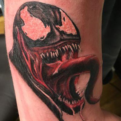 Portrait réaliste de venom de marvel la langue sortie qui bave partout. Tête de venom réaliste couleur. #venom #réaliste #tête