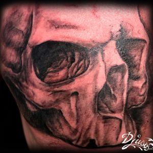Crâne réaliste sur la poitrine d'un homme. Tattoo chest
