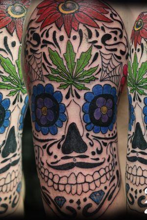Crâne mexicain avec feuille de pot dans le front. Skull mexicain avec feuille de marijuana.