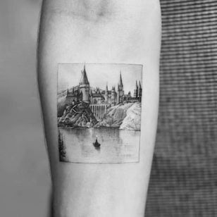 Tattoo by Dragon aka Drag Ink #Dragon #DragInk #blackandgreytattoos #blackandgrey #Hogwarts #HarryPotter #castle #lake #boat