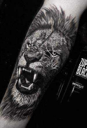 feito hoje, em 6h de trampo #liontattoo #lion #animal #blackandgreytattoo #blackandgrey #tattoo #ink #sullenclothing #intenzepride