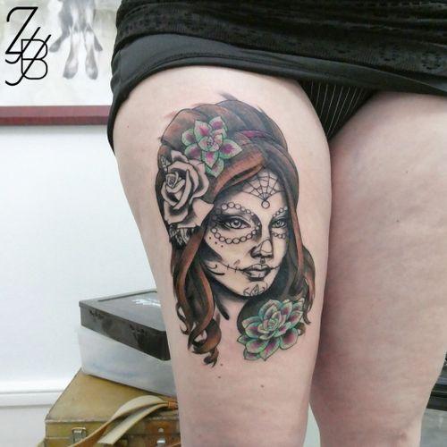 Première séance pour cette Catrina, personnage du folklore mexicain. J'ai hâte de la terminer.  #catrina #catrinatattoo #womantattoo #femaletattoo #mexicantattoo #zeldabjj #zeldablackjeanjacques #colmartattoo #alsacetattoo #frenchtattoo #tattoo #tatouage #tattooartist #neotrad #neotraditionaltattoo #neotradtattoo #neotradstyle #neotradsub #colortattoo #graphic #graphictattoo