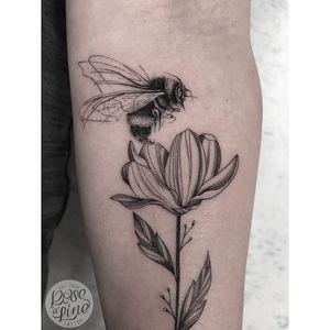 Fineline Bumblebee Tattoo | Singleneedle | Customdesign