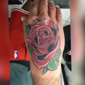 #roses #rosestattoos #tatuagemrosa #rosatattoo #tatuagemmao #tattoonamao #handstattoo #colortattoos #tatuagemcolorida