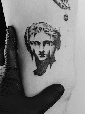 #VenusDeMilo #venus #Goddess #goddessofbeauty #aphrodite #aphroditetattoo #ancientgreek #mythology #ink #bishoprotary #bishop #minimal #minimaltattoo