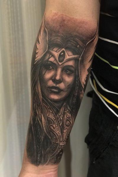 @gansogalvao, rio de janeiro brazil. #valkyrie #ValkyrieTattoo #Vikings #vikingstattoo #norse #norsemythology #NorseTattoos #forearm #realism #realistic #realismo #blackandgrey