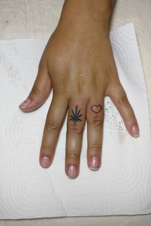 """Folha da """"mandioca braba"""" e coração no dedo... #canabis #folhadaerva #coracao #hearts  #falangetattoo"""