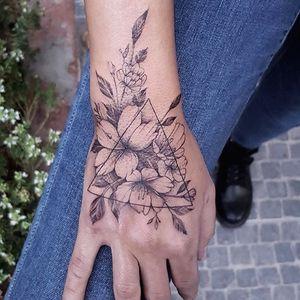 🌺 #tattoo #tattoos #tattooed #tattooist #tattooart #tattooistartmag #tattooink #tattoodesign #flower #flowers #flowerstagram #inkart #art #drawing #instaartist #design #designs #colortattoo #instaartist #flowerstattoodesign #artist #artwork #rose #rosetattoo #roses #linetattoo #linearts #flowergram #flower #flowerlover