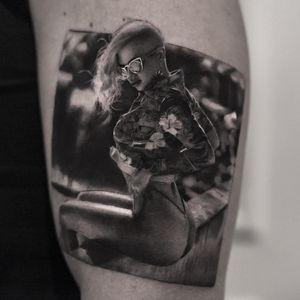 Tattoo by Inal Bersekov #InalBersekov #blackandgreyrealismtattoos #blackandgreyrealism #blackandgrey #realism #hyperrealism #realistic #babe #portrait #flower #floral #sunglasses #pinup