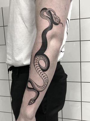 Curving all the snakes  ------------------------ #more #monday #tears #blackwork #snake #engraving #ink #snaketattoo #art #artwork #arm #blackworkerssubmission #tattoo #tattoos #blackworksnake #blackworktattoo #black #white #fineline #line #artwork #pen #artist #nijmegen #amsterdam #popart