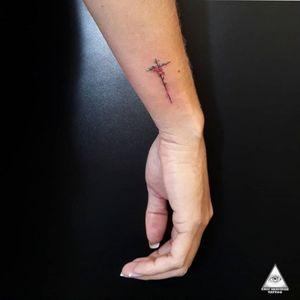 Cruz delicada com flores. Curtiram?  Contatos: 55.11.9.9377-6985 E-mail: ericskavinsk@gmail.com  Ou via direct.  Apoio. @extremeskincare . . . . . #ericskavinsktattoo #croostattoo #tattoocruz #delicatetattoo #tattoodelicada #fineline #inked #flowertattoo #tattooflor #tattoodelicada #arte #tatuagem #minitattoo #graphictattoo #extremeskincare #electrickinkpen #electrickink #electrickinkbr #tattoodo #saopaulo #mktpop