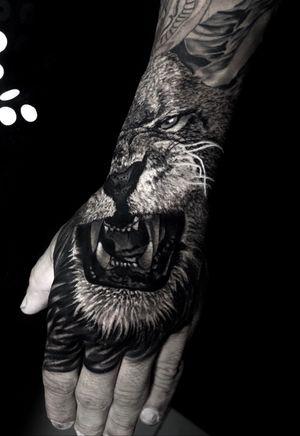 feito hoje, 4h de trampo #liontattoo #lion #animal #blackandgrey #blackandgreytattoo #intenzepride