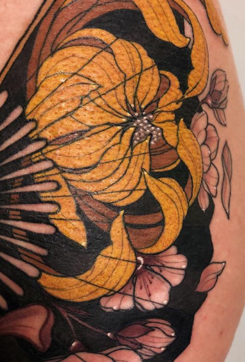 Details japanese fan by Jen Tonic #fan #japanese #neotraditional #neotraditionaltattoo #flower #thigh #chrysanthemum #cherryblossom #color