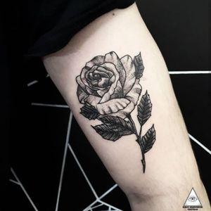 Há pessoas que choram por saber que as rosas têm espinho. Há outras que sorriem por saber que os espinhos têm rosas! Machado de Assis . Contatos: 55.11.9.9377-6985 E-mail: ericskavinsk@gmail.com Ou via direct. Apoios: @extremeskincare . . . . #ericskavinsktattoo #rosetattoo #tattoorosa #flowertattoo #tattooflor #whipshaded #rastelado #blackworktattoo #electrickinkpen #easyglow #electrickink #electrickinkbr #tattoodoapp #tattoodo #tattoodobr #011 #saopaulo #alphaville #mktpop