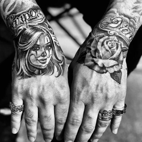 Tattoo by Mister Cartoon #MisterCartoon #Chicanotattoos #Chicano #Chicanostyle #Chicanx #script #rose #blackandgrey #payasa #ladyhead #handtattoo