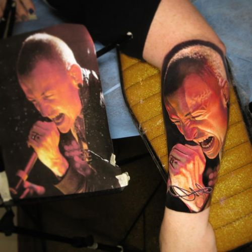 Tattoo by Nikko Hurtado #NikkoHurtado #realismtattoos #hyperrealismtattoos #realism #hyperrealism #realistic #ChesterBennington #portrait #LincolnPark #music #singer #rip #memorial