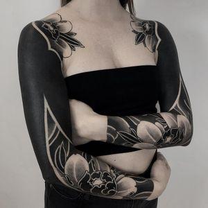 Tattoo by Lupo Horiokami #LupoHoriokami #beautifultattoos #beautiful #blackfill #Japanese #illustrative #peony #flowers #foral #leaves