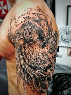 J'ai pu écrire ton nom de façon permanente sur la peau de ton papa Eva ❤ #tattoo #tattooing #tatt #tatts #tattoos #owl #owltattoo #symbolism #nametattoo #cute #love #tatouage #hibou #halfsleeve #blackandgrey #moderntattoo #sketchy #sketchytattoo #art #artwork #voodootatts #rose #rosetattoo #tattooideas #tattoodesign