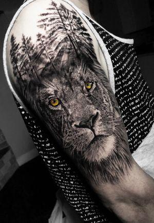 trampo simples e divertido feito em aproximadamente 7h done using @tattooloverscare by @tattooloversshop  #liontattoo #lion #tree #tattoo #ink #blackandgreytattoo #blackandgrey #intenzepride