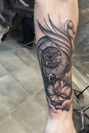 The second tattoo of my sleeve #clocktattoo #clock #clockwork #flowers #flower #flowertattoo #ornament #clouds #cloud #realistic #realism #realistictattoo
