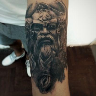 Primer tattoo para mi cliente , bienvenido al lado oscuro !!! #blacktattoo #blackandgreytattoo #vikingos #odintattoo #odin #vikingtattoo #tatuagio #biancoenerotattoo #odintatuagio