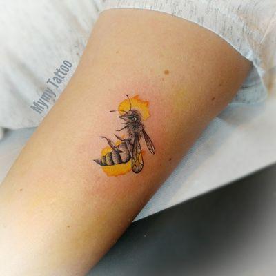 🌼 #bee #beetattoo #beehive #beehappy #abeille #abeilletattoo #tattoo #tinytattoo #smalltattoo #watercolortattoo #watercolor #ink #dotwork #dotworktattoos