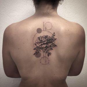 @tattoodo @tattooartistmagazine @tattoo.artists #photooftheday #flower #flowertattoo #carnation #carnationtattoo #fleurtattoo #fleur #dot #dotwork #dotworktattoo #troispetitspoints #stipple #stippletattoo #geometrictattoo #backtattoo #girltattoo #lespetitspointsdefanny #tattoolausanne