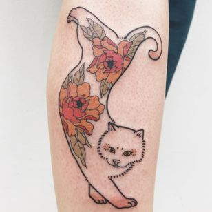 Tattoo by Jessy Germs aka Jesse Tattoo #JessyGerms #JesseTattoo #cattattoos #cattattoo #kittytattoo #kitty #cat #petportrait #animal #nature #monmoncat #peony #Japanese #flower #floral