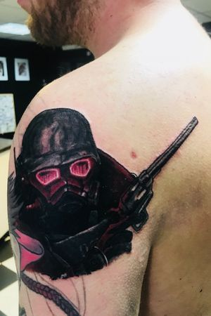 Added this Fallout New Vegas dude to Wes's video game sleeve 🕹⚙️ Done using @ezcartridgecouk @bishoprotary @fusion_ink @butterluxe_uk @saviourtattoosupplies #tattoos #fallout #newvegas #bethesda #videogames #vgta2 #vaulttec #lonewanderer #gaming #ezcartridgecouk #bishopmagi #fusionink #butterluxe_uk #saviourtattoosupplies #heathenink #oldham #manchester #tattooartist